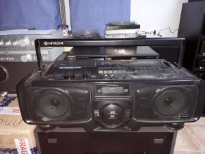 DUBLU RADIO-CASETOFON HITACHI MODEL TRK-3D95E